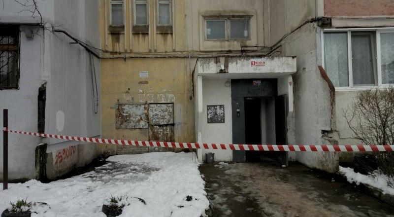 Подъезд дома, в котором в лифте погибли женщина и ребёнок.