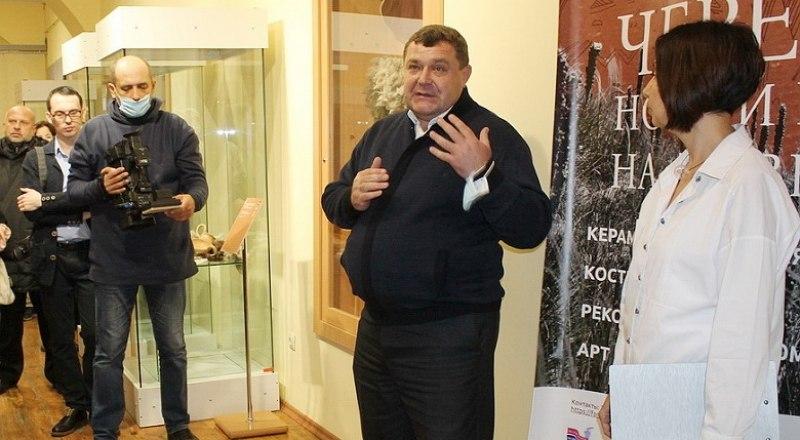 Юрий Лаптев открывает выставку. Фото Владимира Петрова.