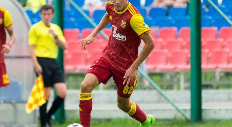 В атаке - полузащитник тульского «Арсенала», воспитанник крымского футбола Даниил Хлусевич.