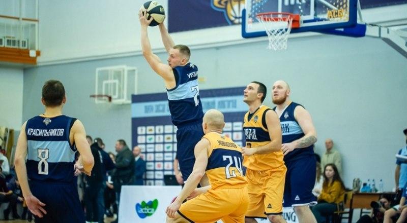 С мячом - лидер баскетболистов «КФУ-Грифоны» Анатолий Шевченко.