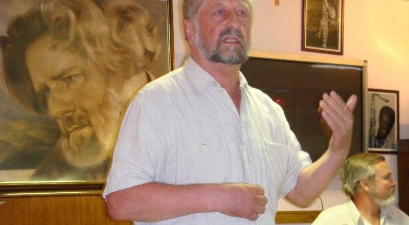 С докладом выступает доктор философских наук, профессор Михаил Громов.
