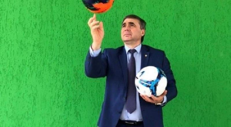 Министр сельского хозяйства Республики Крым Андрей Рюмшин остаётся на «ты» с футбольным мячом.