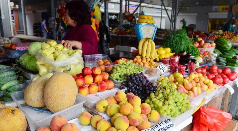 У властей и торговцев есть разные версии, почему фрукты и овощи в Крыму продают втридорога.