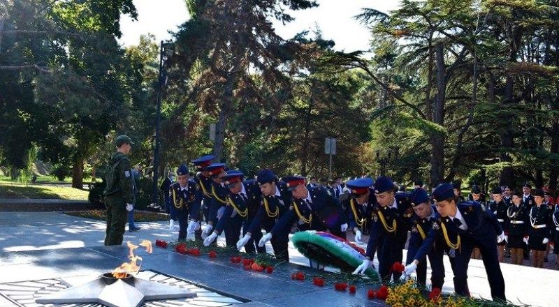 В завершение торжественного события почётные гости и учащиеся симферопольских школ возложили цветы к мемориалу, а знамённая группа вместе с юнармейцами прошли торжественным маршем под звуки оркестра.