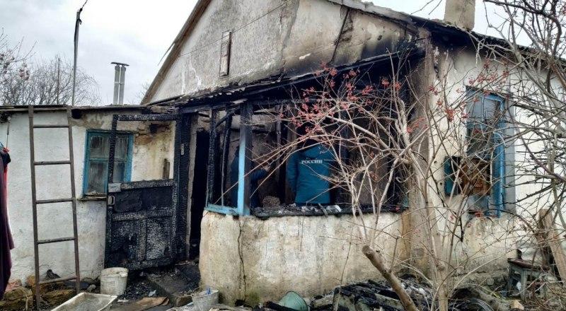 Ещё один пример пожара в жилом доме. На месте происшествия был обнаружен погибший.