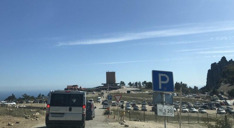 Так выглядит парковка на Ай-Петри посреди заповедника.