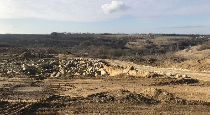 Так выглядит карьер в Лесноселье. Появился он год назад, и строительные материалы там добывают до сих пор.