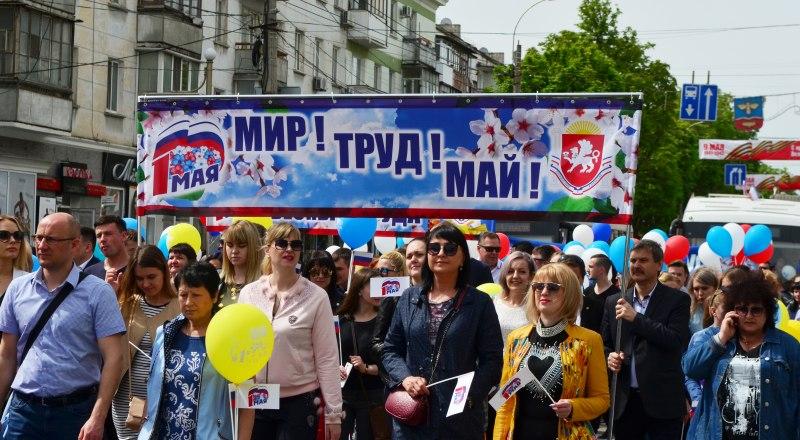 На Первомайскую демонстрацию в Симферополе вышли около 28 тысяч человек.