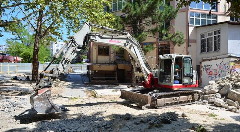 Возле «Куба» уже стоит строительная техника. Снос неизбежен.