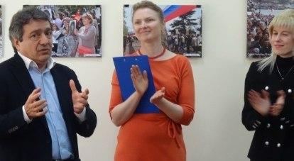 Майскую выставку фотохудожницы (справа) открывает секретарь Союза журналистов России Ашот Джазоян.
