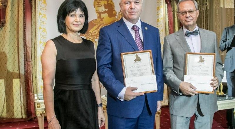 Во время вручения премии Александр Балинченко (в центре) и Сергей Гронский.