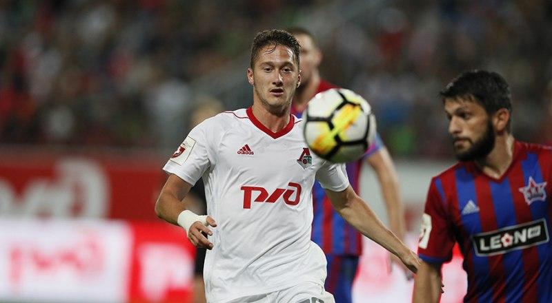 С мячом атакует ворота соперника самый удачливый бомбардир 18-го тура московский «железнодорожник» Антон Миранчук.