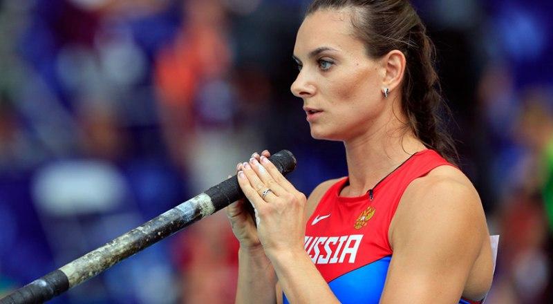 Через минуту двукратная олимпийская чемпионка Елена Исинбаева установит мировой рекорд в прыжках с шестом.