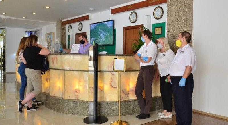 Особенности современного гостеприимства - все работники отелей должны постоянно носить маски.