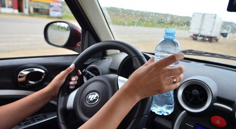 Водителей могут штрафовать даже за то, что они пьют воду за рулём. Фото Александра КАДНИКОВА.