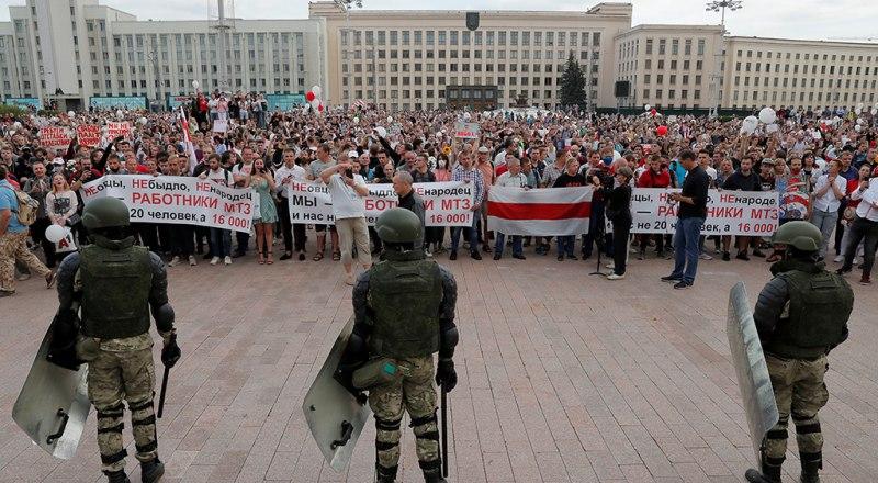 Протестуны и протестуньи в городских условиях.