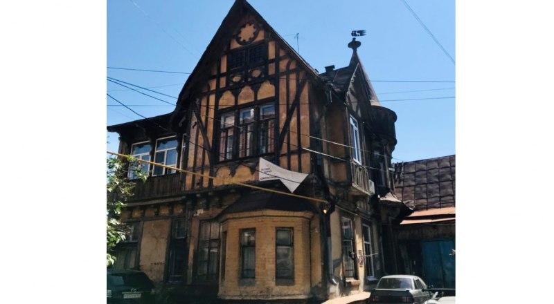 Фахверковый дом. Его построили слуги одного немецкого купца в благодарность за заботу о них. Но дом постепенно ветшает, его не ремонтируют.