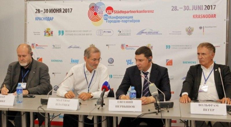 Дискуссию на тему взаимоотношения Германии и Крыма начал председатель Федерального союза немецких обществ «Запад-Восток» Петер Франке (слева).