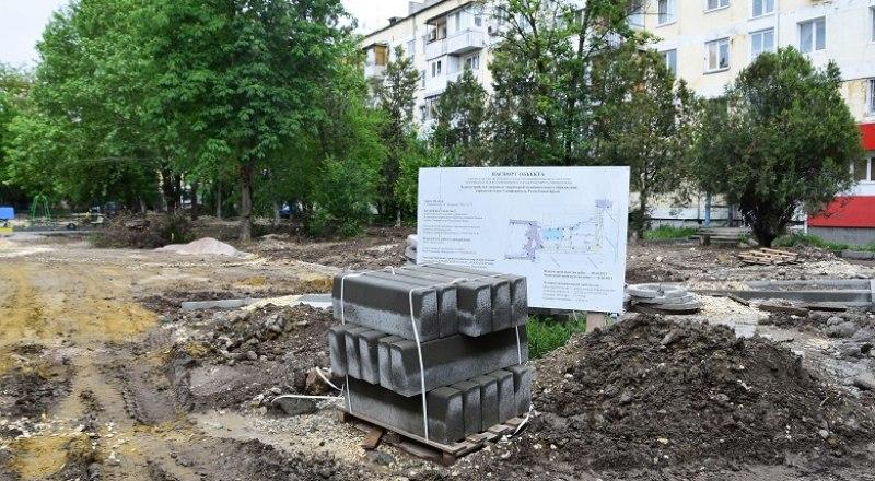 В большинстве симферопольских дворов благоустройство свелось к разведению бардака и грязи.