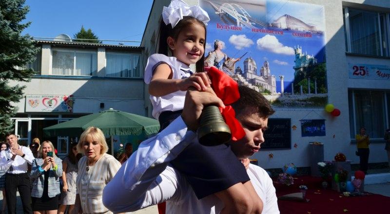 Пандемия коронавируса не смогла лишить крымских школьников праздника в честь Дня знаний.