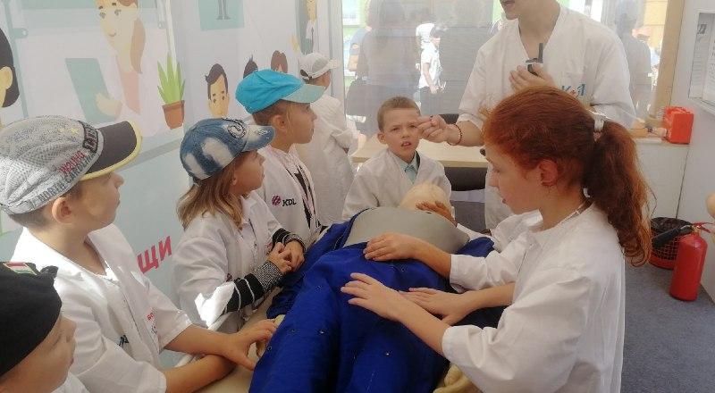 Будущие врачи скорой помощи отрабатывают навыки на манекене.