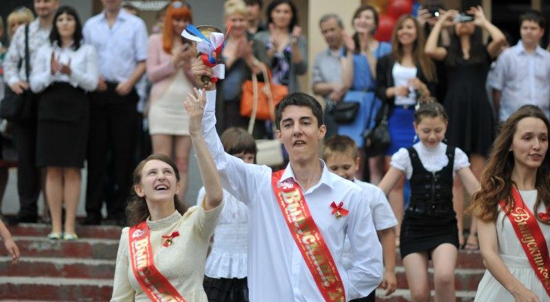 18 тысяч 9-классников и 10 тысяч 11-классников сегодня попрощались со школой. Фото Александра Кадникова