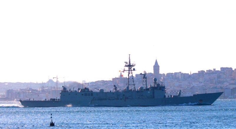 Испанский фрегат Santa Maria (F81) в проливе Босфор.