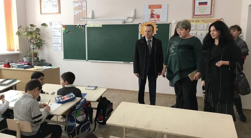 Константин Бахарев (слева) держит проблему на личном контроле.
