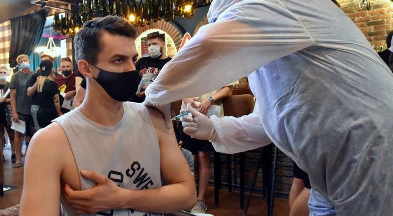 В Крыму продолжается вакцинация против коронавируса работников индустрии гостеприимства.
