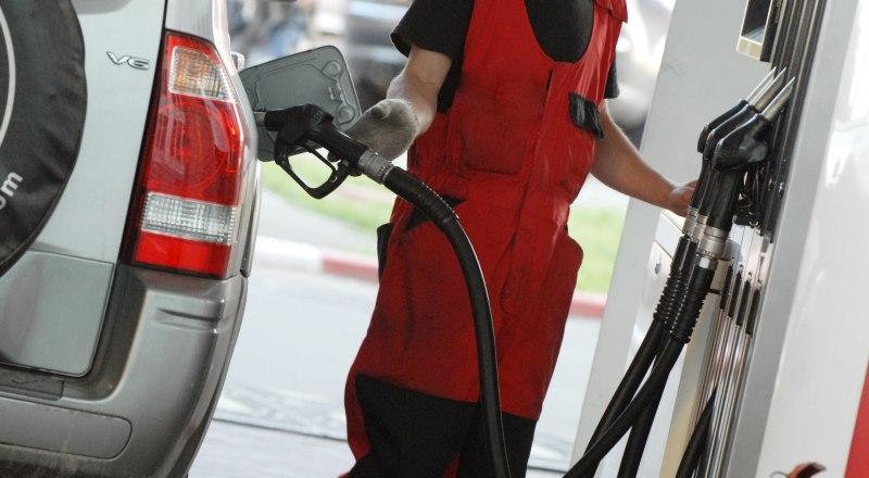 Из-за проблем с логистикой, автомобильное топливо крымчанам обходится дороже, чем жителям большинства российских регионов.