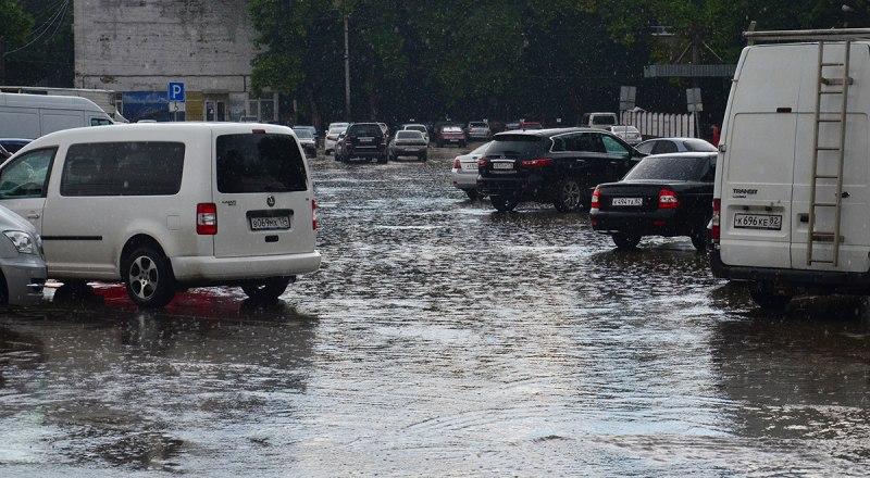 Июньские ливни затопили городские улицы, но не решили водной проблемы крымской столицы.