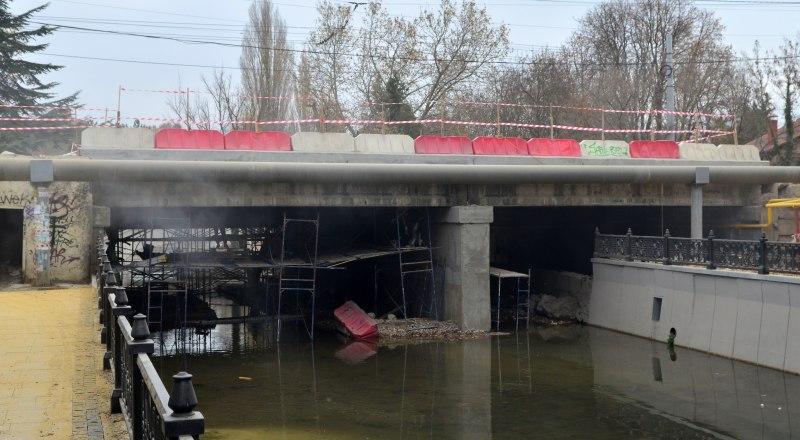 Основной этап ремонта моста на улице Толстого завершён, однако работы продолжаются. Фото Александра Кадникова.