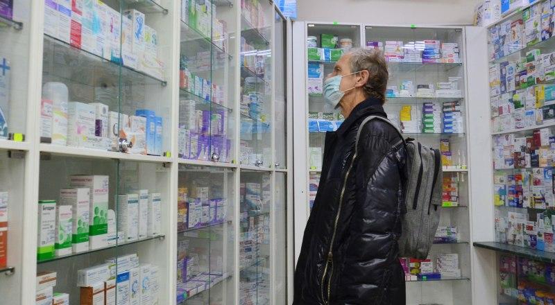 Люди, предпочитающие самостоятельно лечиться от коронавируса, осаждают аптеки в поисках нужных лекарств.