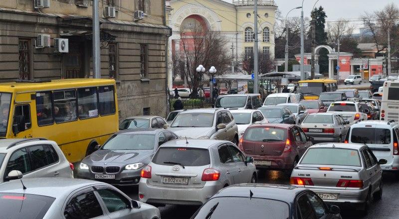 Улица Александра Невского выглядит так же, как и другие центральные транспортные артерии Симферополя. Стоит с утра до вечера.