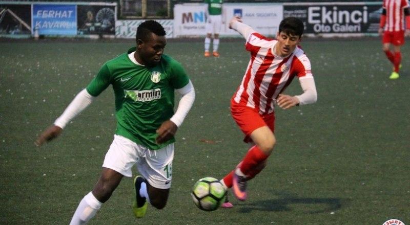 Играют в Стамбуле футболисты «Кызылташа» (в полосатых футболках) и «Кючюкчекмедже».