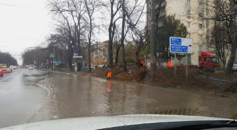 Первый проливной дождь вскрыл серьёзный дефект свежеотремонтированной дороги на улице Севастопольской. Недалеко от перекрёстка с улицей Дмитрия Ульянова дорога превратилась в озеро.