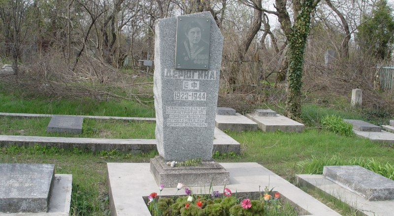 По просьбе родных девушку, похороненную в городе-герое, перезахоронили в Симферополе.