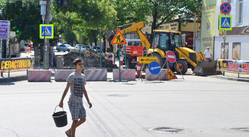 Улица Крылова тоже перекрыта. Сейчас там ремонтируют теплотрассу. Движение восстановят 30 сентября.