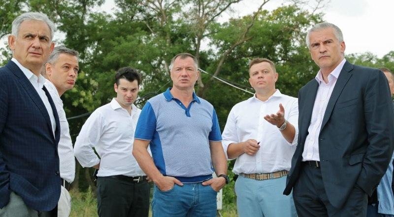 Марат Хуснуллин (в центре) и крымские чиновники.