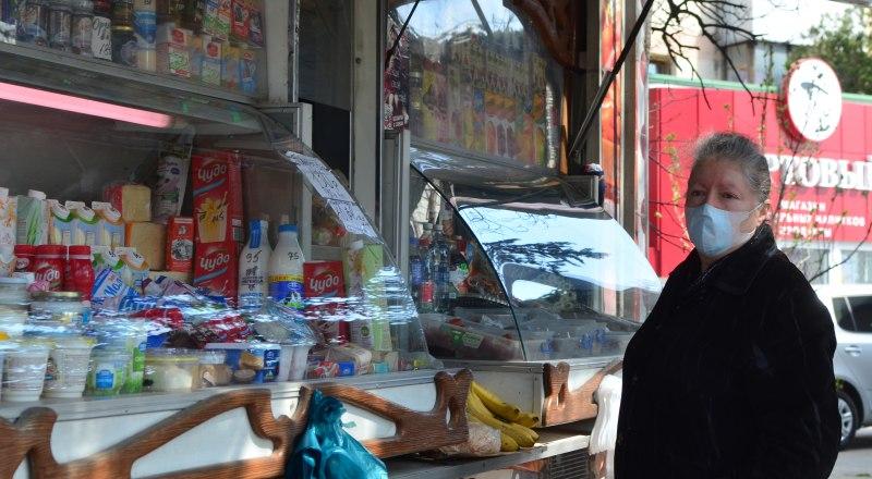 Людям из группы риска лучше заказывать доставку продуктов и еды на дом. Фото Александра КАДНИКОВА.