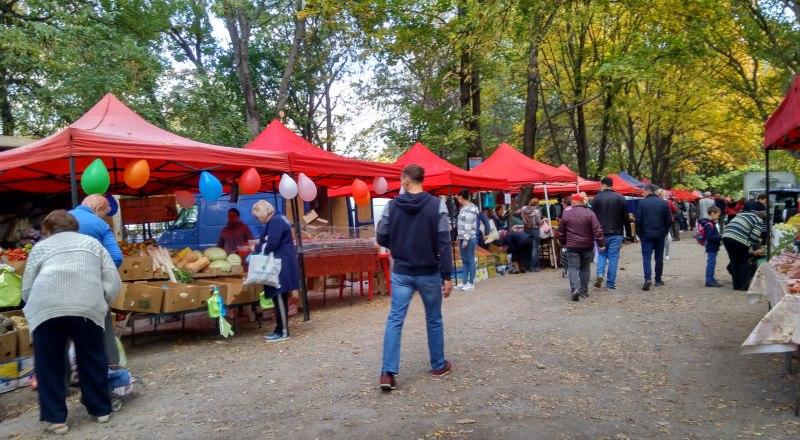Торговые ряды на улице Севастопольской в крымской столице.