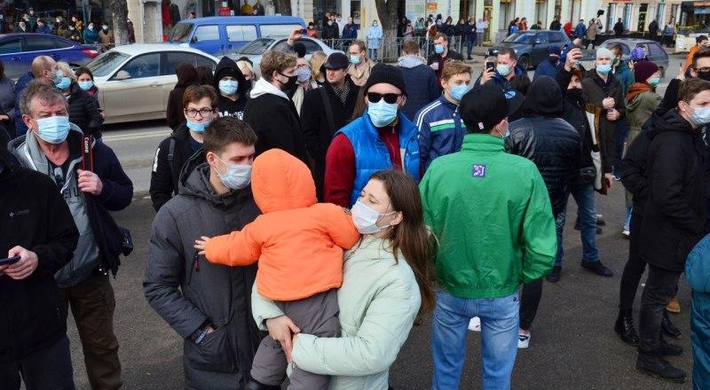 Некоторые митингующие приходили с детьми. Комментарии излишни, тут бы органам опеки внимание обратить на таких родителей.