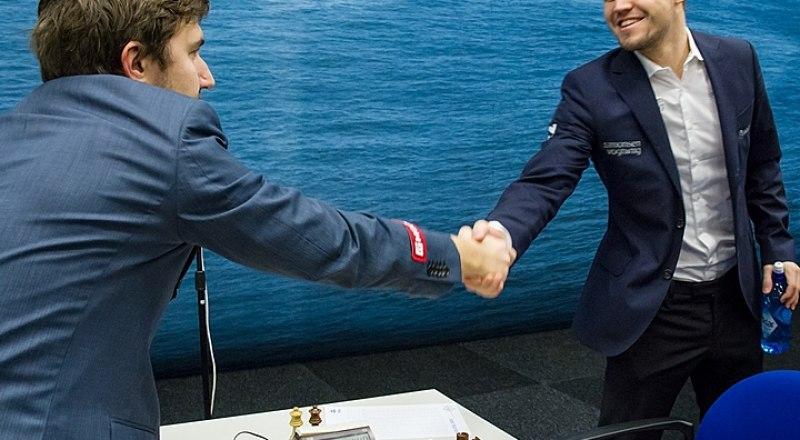 Мир спорта в ожидании новых поединков между Сергеем Карякиным (на снимке слева) и чемпионом мира норвежцем Магнусом Карлсеном.