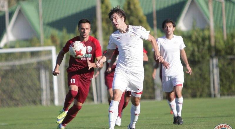 В атаке с мячом - самый удачливый бомбардир симферопольской «ТСК-Таврии», атакующий полузащитник Артур Айметдинов.
