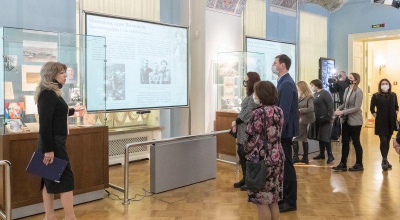 Выставку открывает Наталия Мирошниченко. Фото с сайта Музея-заповедника.