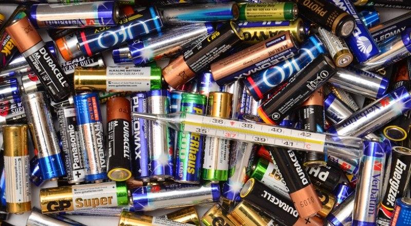 Большинство крымчан не знает, куда выбрасывать разбитые градусники и батарейки, чтобы не навредить природе и окружающим.