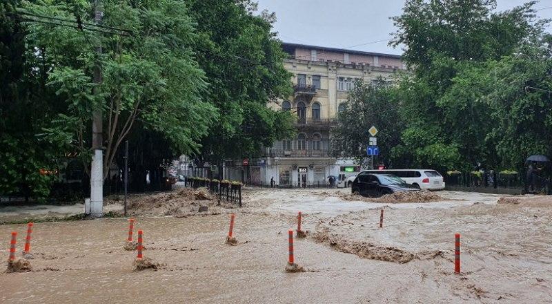 Так выглядел центр Ялты в пятницу: река вышла из берегов. Фото Татьяны ВИННИЧЕНКО.