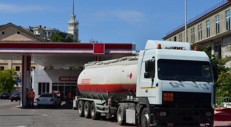 Эксперты Российского топливного союза считают, что без введения срочных мер оптовые и розничные цены на бензин могут значительно вырасти. Фото Александра Кадникова.