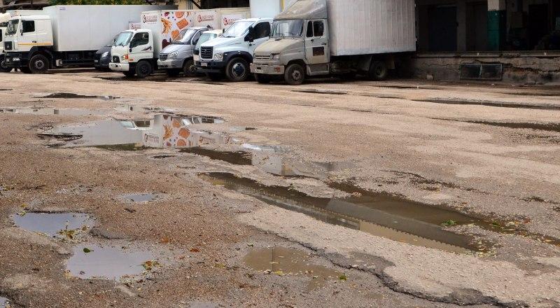 Из-за различных проволочек с документами крымские водители так и будут ездить по ямам. Фото Александра кадникова.