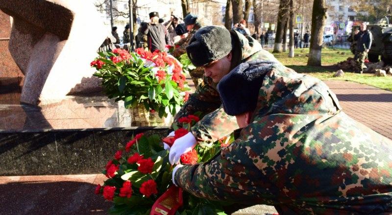 Цветы крымчанам, погибшим в Афганистане.